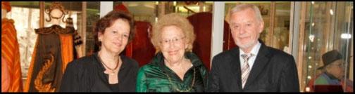 Bei der Eröffnung der Ausstellung (v.l.n.r.): Prof. Maria Venuti (Vorstand Hildegard Zadek Stiftung), Kammersängerin Hilde Zadek und Prof. Mag. Gregor Widholm (damaliger Vizerektor der Universität).