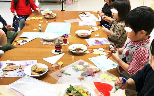 フィオーレコース(2歳児) モンテッソーリの活動で落ち葉を使って絵画製作をしています