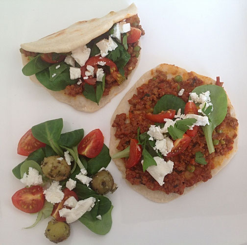 Lahmacun, Turkse pizza met sla, tomaat, peterselie en peyniri.