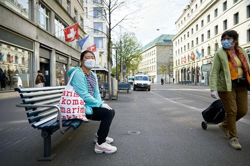 Menschen mit Schutzmasken prägen das neue Strassenbild
