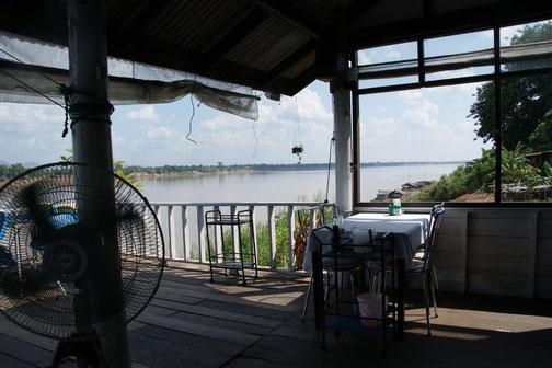 川沿いのレストラン