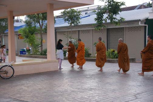 僧侶への供物