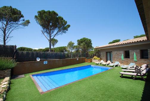 location villa piscine privée située à seulement à 700 mètres du centre de Begur , et à 2,5 km des plages de Sa Riera