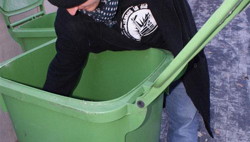 Bild: Christian Walter durchsucht einen Abfallcontainer nach Essbarem| Foto: privat