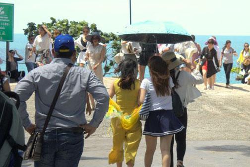 Regenschirm, Sonnenschirm, Chinesin, Chinesen, Ausland, Urlaub, auf Reisen, China, Die Traumreiser
