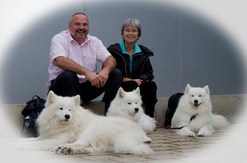 Hier ein Bild von Rosita, Norbert und unseren drei Sammýs