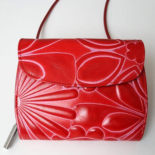 Geldbörse zum Umhängen, Minibag, von déqua, Blumen rot, flottes Lieblingsstück!