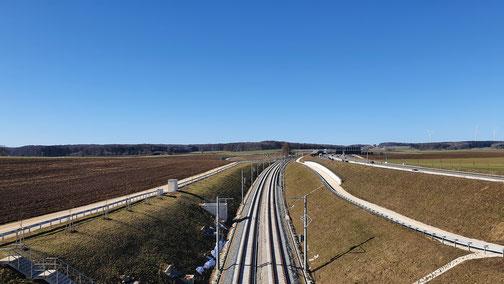 Die Schienen sind verlegt, fehlt noch die Oberleitung und ein Zug...