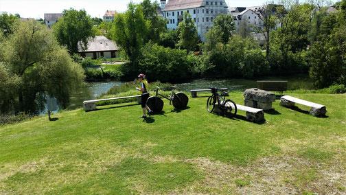 Es steht auch ein Holzrad mit Holzrädern bereit...