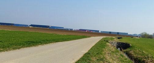 Riesige Industriehallen im Hintergrund... da kann Langenau nicht mehr weit sein...