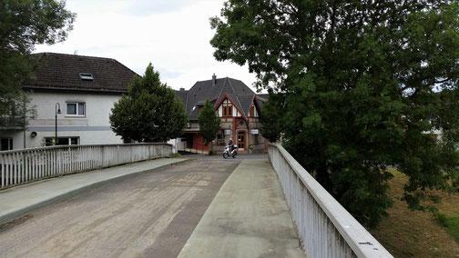 Kleine Brücken führen vom linken Ufer aufs rechte - oder umgekehrt...