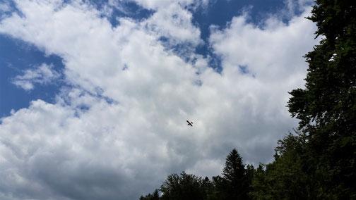 Ist das ein Suchflugzeug, das nach uns sucht...