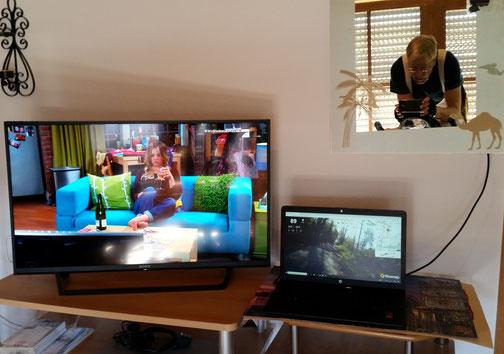 Mein Blick vom Speedbike-Lenker... (das Sofa ist nicht echt - es steht im Fernseher, wie auch die junge Dame...)...