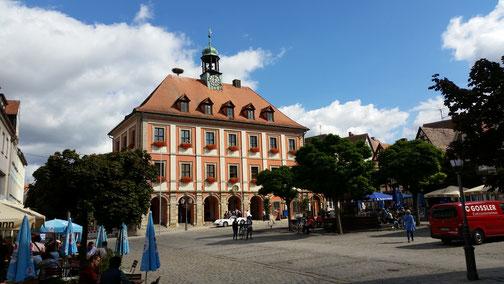 Das Rathaus von Neustadt an der Aisch (der Porsche ist für ein Brautpaar, das sich gerade das Ja-Wort gegeben hat)...