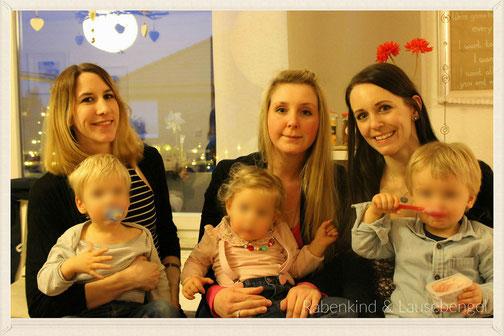 Mamis unter sich an Janinas Geburtstagsfeier mit Familie und Freunden, ein paar Tage nach ihrem Geburtstag, und die beiden Rabauken mit ihrer Prinzessin L.  :-)