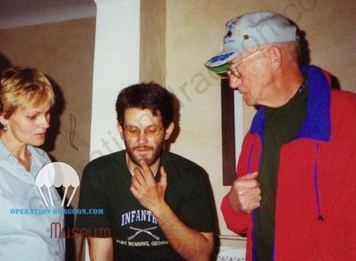 Souvenirs de l'acceuil chez Dominique,  fille de Paul CONDRILLIER, à gauche, J.M SOLDI au centre, et Gary DAVIS, compagnie F du 517em. Avril 2000