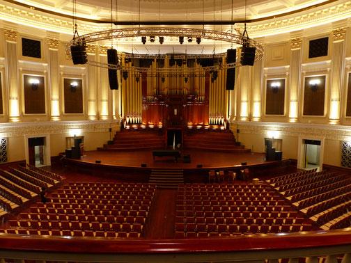 Salle d'opéra munie d'un orgue