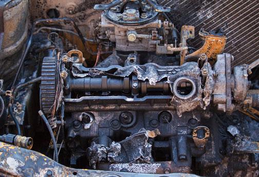 Offener Motor mit einem gerissenen Zylinderkopf