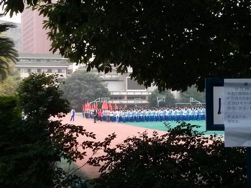 """Schüler stehen auf unserem Sportplatz - schön geordnet, bereit für die """"Übungen"""" :D"""