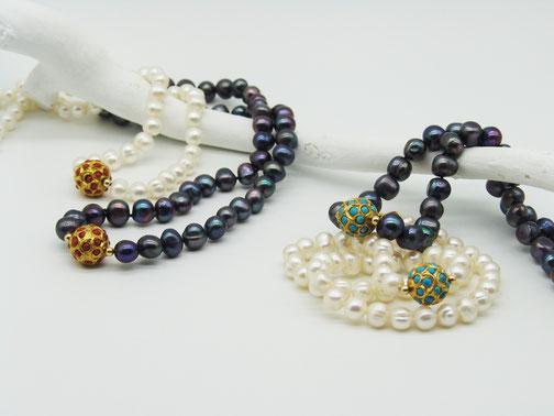 Helle oder dunkle Perlenkette mit Goldkugel