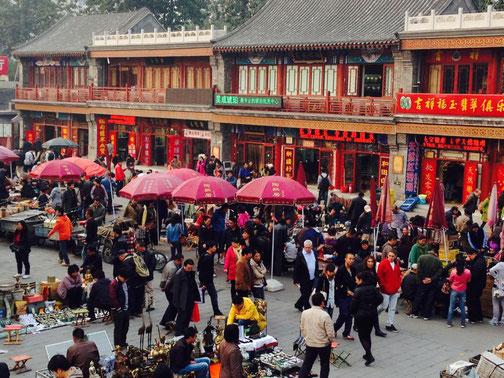 Der wimmelnde Antikmarkt in Peking