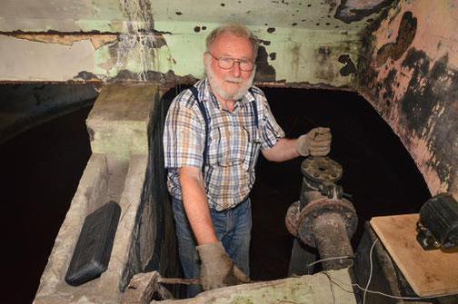 Wolfgang Richardt bereitet das unwirtliche Gebäude für die Wintergäste vor. Das alte Wasserwerk Ebsdorf wurde 1914 eröffnet. Nun erhält es als Fledermaus-Quartier einen neuen Nutzen. Quelle: Ina Tannert
