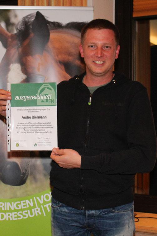 Andre Biermann wurde von der FN für sein besonderes ehrenamtliches Engagement im letzten Jahr ausgezeichnet. Charlotte Deerberg überreichte die Urkunde stellvertretend.