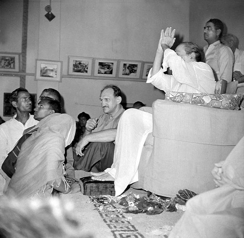 Poona : Dr.Harry Kilmore ( seated ) Eruch Jessawala ( standing ) & the Maharani of Baroda ( far right ). Courtesy of the Sriramamoorthy Collection @ AMBCCPT, INDIA