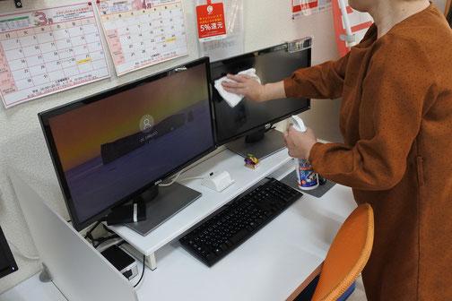 レッスン前、レッスン間にはキーボード、マウスだけでなく、意外と手を触れるモニターも除菌しています。