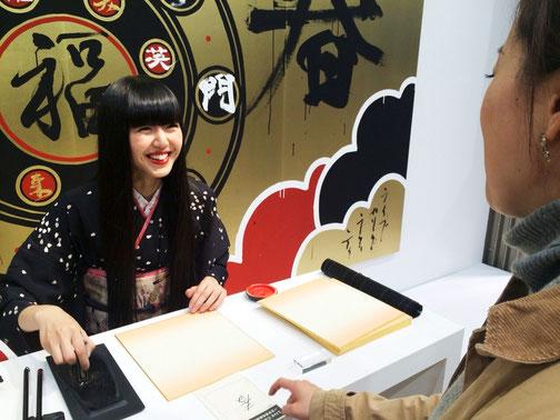 その場で色紙にお好きな漢字を一筆入魂スタイル