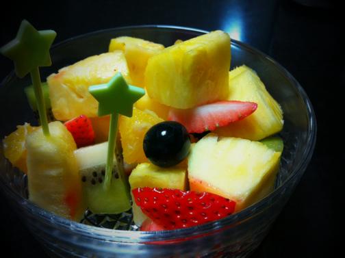 奥さんと哲平は、フルーツが好きで頻繁に食べてます。 「食べへん?」って進められても先ず食べることはありません!(パイナップルはたまに食べるけど。) 男の人でフルーツ好きな人ってカッコイイイメージがある。 想像してください、、一人で買い物行って、かごにサラッとオレンジやリンゴ入れてると「都会っぽいじゃん!」ってなるでしょ~♪ けど僕がそんなことすると無理感あって、、だいち好きじゃないってのが致命的やし、。(汗) いつかは、めざせそんな人!ww そんなことをふと思っちゃったんで。。。