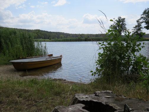 Im Urlaub auf dem See mit dem Boot und am Ufer Pause machen