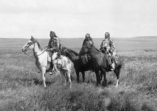 Trois Indiens Blackfeet et leurs chevaux, un cheval Medicine Hat à gauche