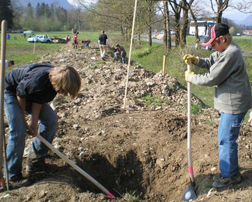 Ran an die Spaten und heimische Sträucher pflanzen. (Foto: M. Mitterer)