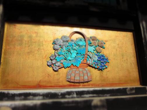 日光東照宮の建物の一つに、踊りのための舞台となるような場所があり、その土台となる壁に施されていたレリーフ、花かご。籠の格子柄や、全体的に使われているブルーのグラデーションが、華やかさと陰影を醸していて…。和の趣とモダンな印象が相まってすてきでした。