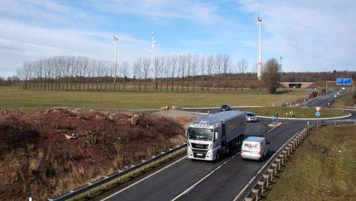 Der Bauplatz: Das neue Werk soll zwischen Erdwall (vorne), Autobahnzubringer (rechts) und Autobahn (hinten) entstehen.