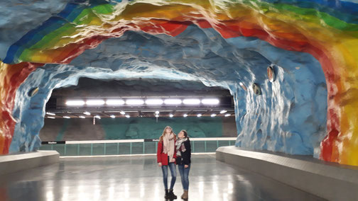 """Carina und Pauline in der T-Bana Station """"Stadion"""""""