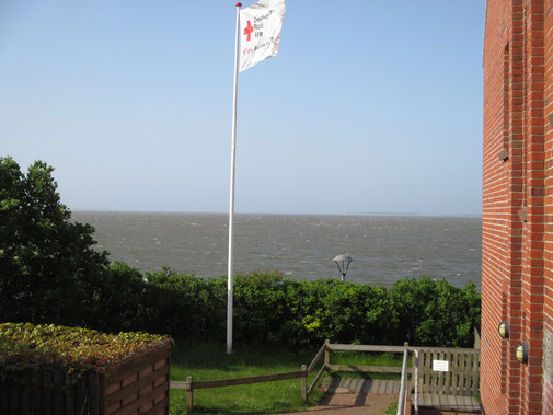 Blick von Wittdün auf das Watt Richtung Föhr ... den Wind und die knatternde Fahne sieht man nicht wirklich