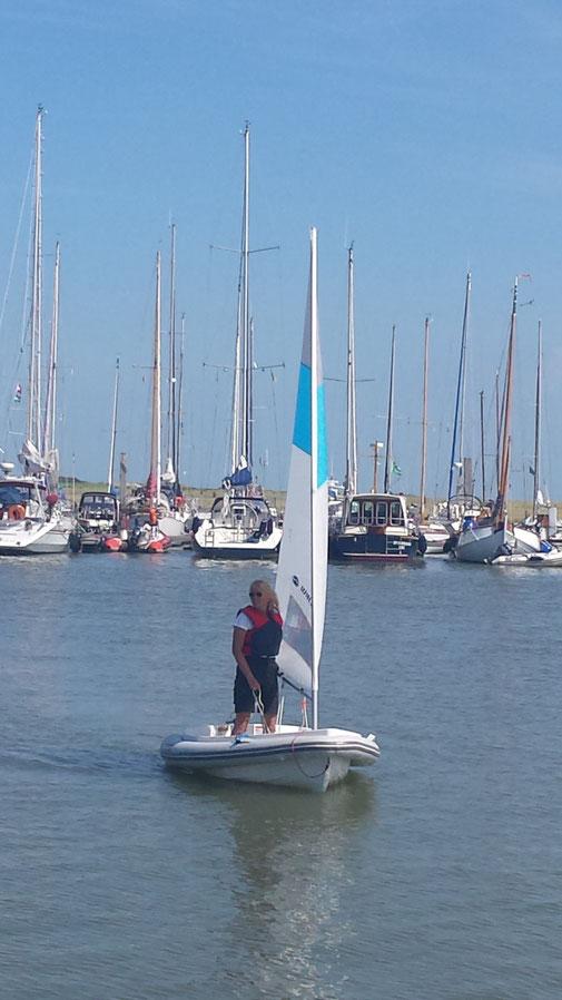 """Solo-Seglerin mit """"Daisy"""" bereitet das Anlegemanöver im Hafen von Spiekeroog vor"""
