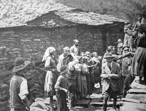 Alfonso XIII junto al doctor Gregorio Marañon visitando Las Hurdes