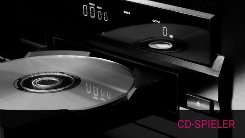 Nahaufnahme einer geöffneteen CD-Spieler Schublade mit eingelegter CD