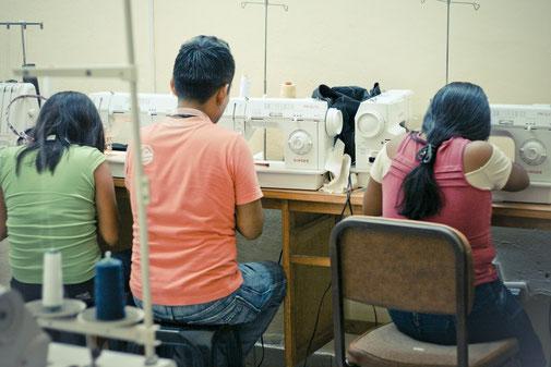 Für die nachhaltige Entwicklung wird ein Euro für den peruanischen Schneidernachwuchs gespendet.