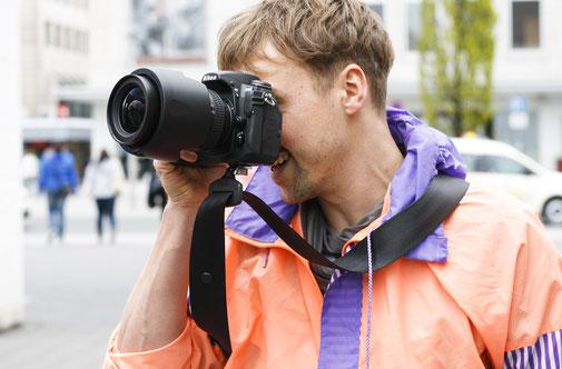 Durch den breiten Gurt verteilt sich das Gewicht der Kamera gut auf der Schulter.
