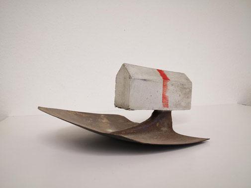 Galerie Bernd Lutze - Haus auf der Schaufel, o. J.  Farbe, Beton, Metall h: 18 cm