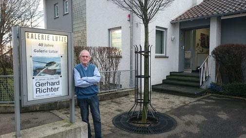 Galerie Bernd Lutze - Bernd Lutze vor der Galerie