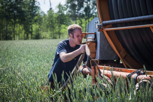 Jan-Wilhelm Röhrs bei der landwirtschaftlichen Arbeit