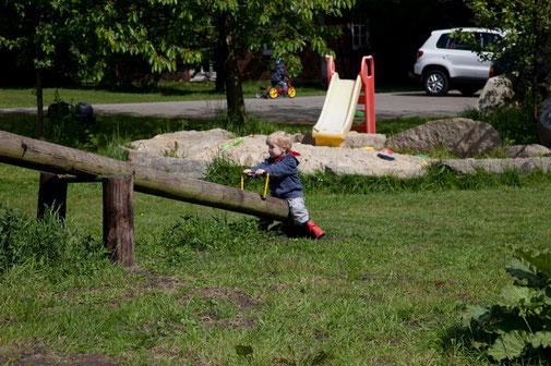 Rutsche und Wippe auf dem Spielplatz des Imkershofs der Familie Röhrs in Schneverdingen-Surbostel