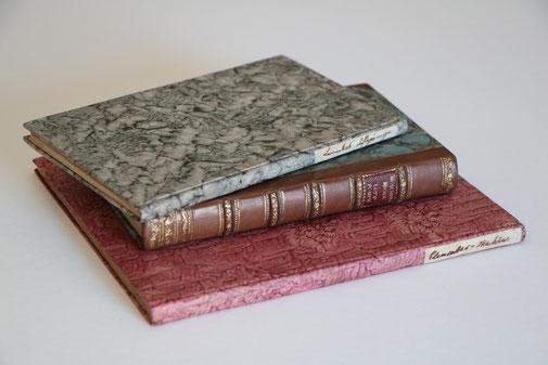 Drei Einbände im Stil der Zeit. Three period bindings.