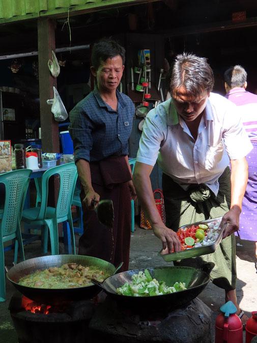 Köche auf dem Markt in Kalaw