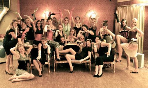 Eine Junggesellinnenabschieds-Gruppe beim Burlesque-Workshop an Dixie Dynamite's School Of Burlesque in München. Gruppenfoto am Schluss!